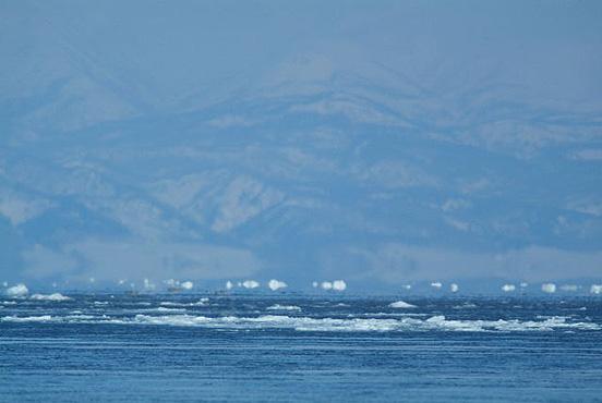 下位蜃気楼 (標津町) 2/03/10 水平線に点在する白い塊は流氷の虚像